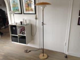 PH standerlampe med en gul overskærm og to glasskærme