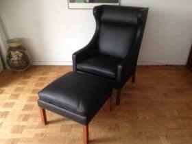Børge Mogensen Øreklapstol med skammel i ny polstret sort Italiensk Marchettolæder.
