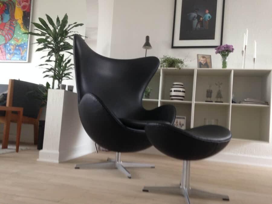 Arne Jacobsen.  Æg og skammel. I ren anilin læder.