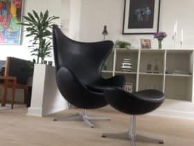 """Arne Jacobsen """"ægget"""" I sort læder"""